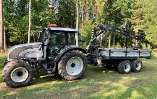Ny traktor med griplastarvagn